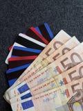 staplad eurosedlar, krediterings- och debiteringkort, bakgrund och textur royaltyfri fotografi