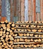 Staplad färgrik plankavägg för vedträ Royaltyfri Fotografi