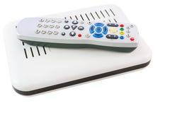 Staplad fjärrkontroll och mottagare för internetTV på den vita sidosikten Arkivbild