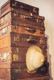 Staplad gammal resväska med olikt format arkivbilder