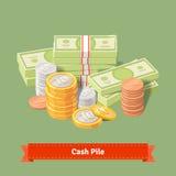 Staplad hög av mynt och banknots Arkivfoton