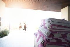 Staplad handduk p? simbass?ngen fotografering för bildbyråer