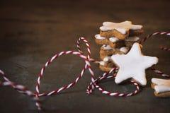 Staplad kanelbrun stjärna med julgarnering fotografering för bildbyråer