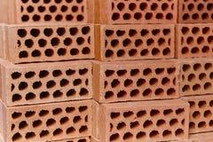 Staplad orange tegelstendetalj Konstruktionsbransch masonry royaltyfri fotografi