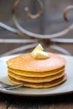Staplad pannkaka på trätabellen Arkivfoto