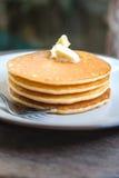 Staplad pannkaka på trätabellen Royaltyfri Foto