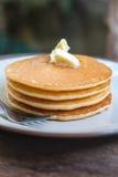 Staplad pannkaka på trätabellen Fotografering för Bildbyråer