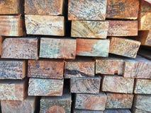Staplad träbandbakgrund arkivbilder