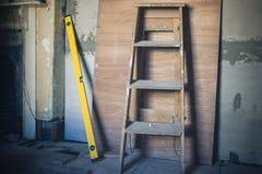 Stapladder en niveau Stock Fotografie