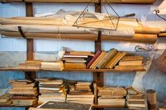 Staplade antika gamla åldriga böcker Arkivfoton