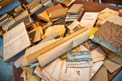 Staplade antika gamla åldriga böcker Arkivfoto