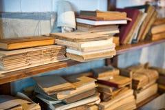 Staplade antika gamla åldriga böcker Arkivbilder