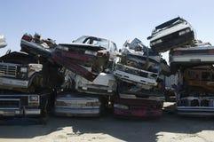 Staplade bilar i skrot arkivfoto