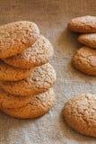 Staplade bruna kakor på lantlig bakgrund Fotografering för Bildbyråer