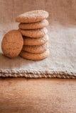 Staplade bruna kakor på lantlig bakgrund Arkivfoton