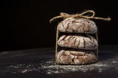 Staplade choklade kakor på svart bakgrund, söt efterrätt, selektiv fokus fotografering för bildbyråer