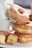 Staplade Donuts och koppar Arkivfoton