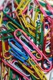 Staplade färgade paperclips skapa tillsammans varm bild arkivfoto