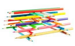 Staplade färgblyertspennor står högt isolerat på det vita bakgrundsslutet arkivbild