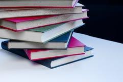 Staplade färgrika böcker arkivbild