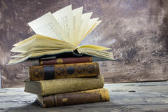Staplade gamla böcker med öppen lantlig bästa volym Royaltyfria Foton