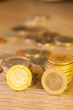 Staplade gamla mynt Arkivfoto