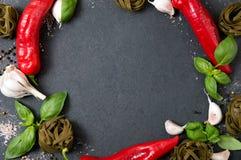 Staplade grönsaker, nya örter, varma kryddor och bohag Royaltyfria Foton