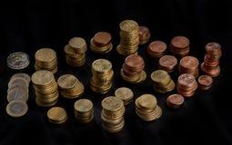 Staplade högar av mynt Arkivbilder