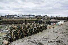 Staplade hummerkrukor i ett irländskt fiskeläge arkivbild