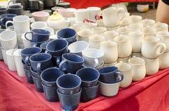 Staplade keramiska bunkar & rånar till salu keramiska produkter Arkivbild