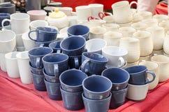 Staplade keramiska bunkar & rånar till salu keramiska produkter Royaltyfri Fotografi