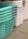 Staplade kricka- och vitplast-tvättkorgar Arkivfoton