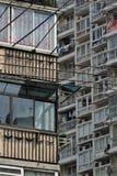 Staplade lägenheter och tilltrasslade kraftledningar i snabbt - växande Shanghai arkivbilder