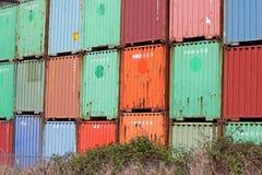 Staplade lastbehållare på ett järnvägspår Arkivfoton