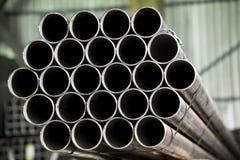 staplade metallrør Arkivfoton