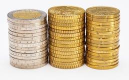 Staplade mynt - sidosikt av kolonner av euromynt Royaltyfri Foto