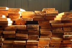 Staplade paletter av konstruktionsbråte Arkivbilder