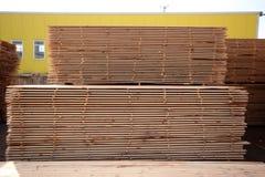Staplade paletter av konstruktionsbråte Royaltyfri Foto