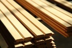 Staplade paletter av konstruktionsbråte Royaltyfri Fotografi