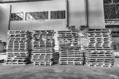 Staplade paletter inom ett lager industriellt begrepp Royaltyfria Foton