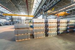 Staplade paletter inom ett lager industriellt begrepp Royaltyfri Foto