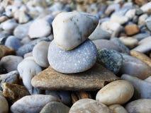 staplade pebbles Olika stenar av olika former och format arkivbilder