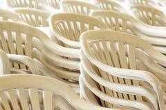 Staplade plast-stolar Arkivbild