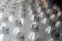 staplade plastic rader för flaska slåget in Fotografering för Bildbyråer