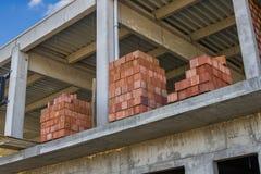 Staplade röda ihåliga lerakvarter för väggar för byggnadskvarter Fotografering för Bildbyråer