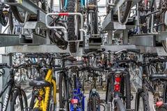 Staplade rader av pendlaren cyklar på en drevstation Arkivbild