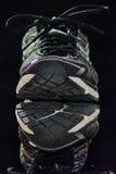 Staplade skor skapar spegelbild arkivbild
