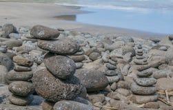 Staplade stenar på en Sandy Beach fotografering för bildbyråer