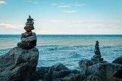 Staplade stenar som ser över Lake Huron Michigan Arkivbilder