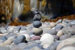 Staplade strandstenar Arkivbilder